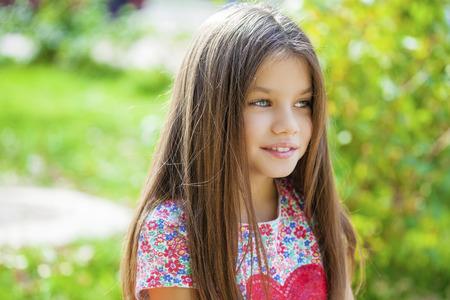 어린 소녀: Beautiful Happy little girl outdoors