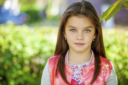 školačka: Krásná šťastná holčička venku Reklamní fotografie