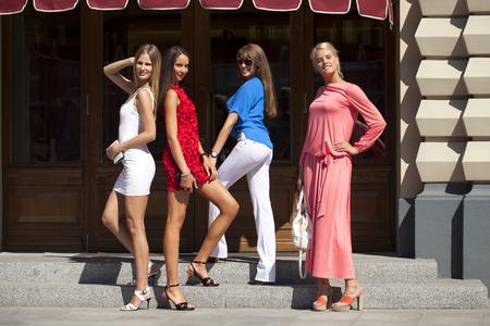 compras compulsivas: Grupo de mujeres sonrientes felices compras