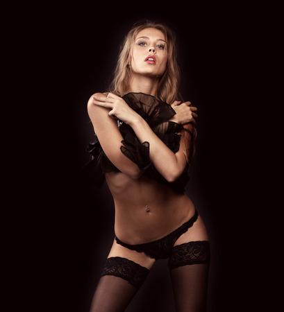 cuerpos desnudos: Retrato de mujer sexy en ropa interior negro en una pared oscura
