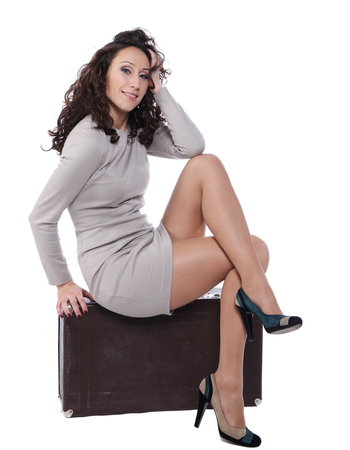 mujer con maleta: mujer est� sentada en el caso de cuero viejo
