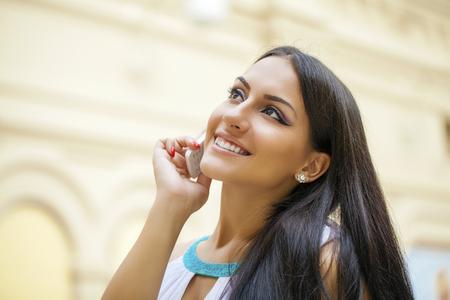 llamando: Mujer joven atractiva que llama por el teléfono. Estilo oriental. Modelo sensual chica árabe