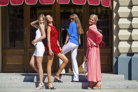 compras compulsivas: Retrato de una hermosa joven a cuatro mujeres caminan en la Plaza Roja en Moscú Foto de archivo