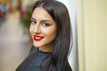 Stile orientale Sensuale modello donna araba. Bella pelle pulita, trucco saturo. Trucco occhi chiari e eyeliner scuro