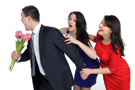 un hombre con un ramo de flores y dos mujeres jóvenes