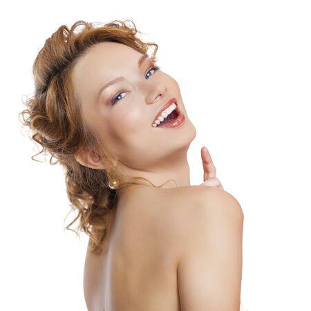 jeune fille adolescente nue: Close up portrait d'une belle jeune femme en rouge de cheveux, isolé sur fond blanc Banque d'images