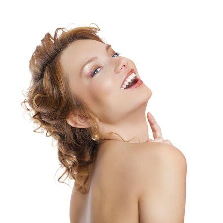 jeune fille adolescente nue: Close up portrait d'une belle jeune femme en rouge de cheveux, isol� sur fond blanc Banque d'images