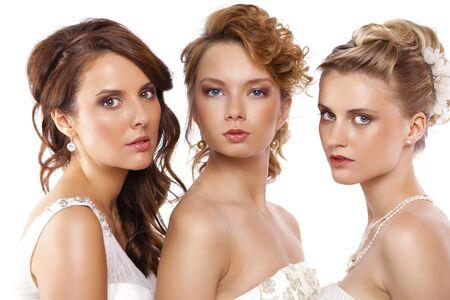 Close Up, Porträt eines drei schöne Frau im Brautkleid über weißem Hintergrund
