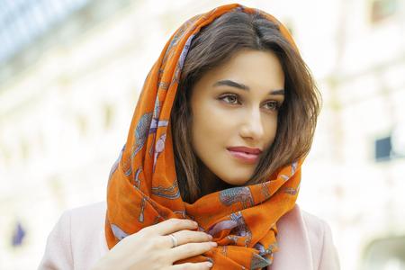 identidad cultural: Cerca de retrato de una joven musulmana que llevaba un pa�uelo en la cabeza, cubierta Foto de archivo