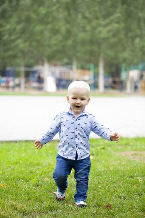 niños rubios: Retrato del bebé rubio en el parque de verano