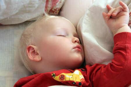 niños rubios: Retrato del bebé rubio duerme en el país Foto de archivo