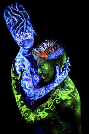 four elements: Tierra ama de aire. brillante arte del cuerpo a la luz ultravioleta, cuatro elementos, aislado sobre fondo negro
