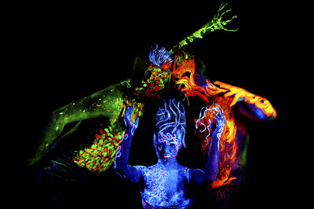 four elements: Fuego, tierra y aire. brillante arte del cuerpo a la luz ultravioleta, cuatro elementos, aislado sobre fondo negro