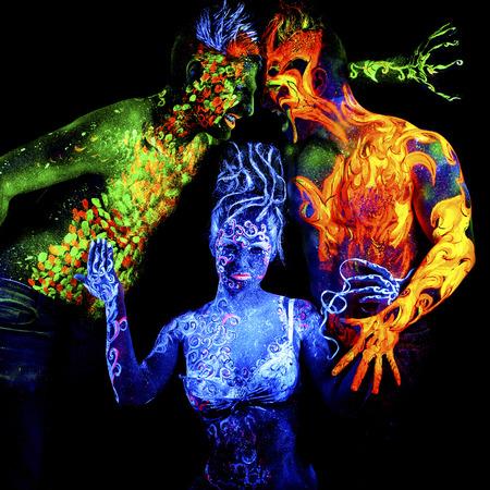 cuatro elementos: Fuego, tierra y aire. brillante arte del cuerpo a la luz ultravioleta, cuatro elementos, aislado sobre fondo negro