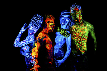 Cuatro elementos. brillante arte del cuerpo a la luz ultravioleta, aislado sobre fondo negro
