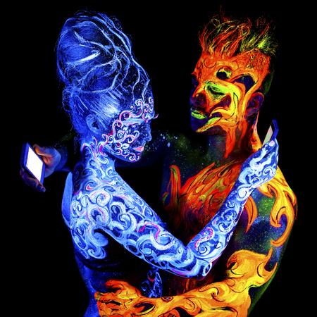 Fuego y Aire. brillante arte del cuerpo a la luz ultravioleta, cuatro elementos, aislado sobre fondo negro Foto de archivo