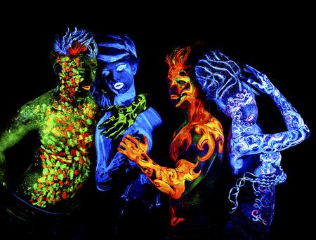 Quatre éléments. Art Corporel rougeoyant à la lumière ultraviolette, isolé sur fond noir