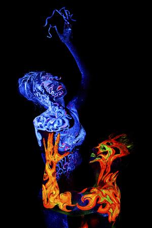 cuatro elementos: Fuego y Aire. brillante arte del cuerpo a la luz ultravioleta, cuatro elementos, aislado sobre fondo negro Foto de archivo