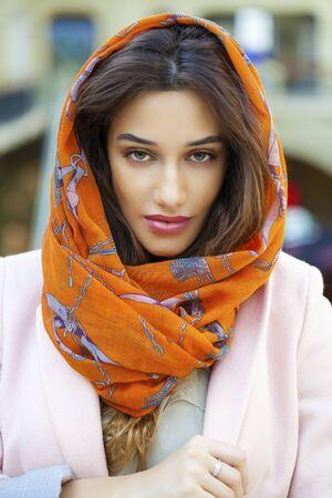 identidad cultural: Cerca de retrato de una joven musulmana que llevaba un pañuelo en la cabeza, cubierta Foto de archivo