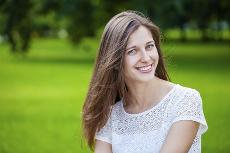 salud sexual: Close up portrait of beautiful young happy brunette woman with fresh and clean skin, summer street outdoors Foto de archivo