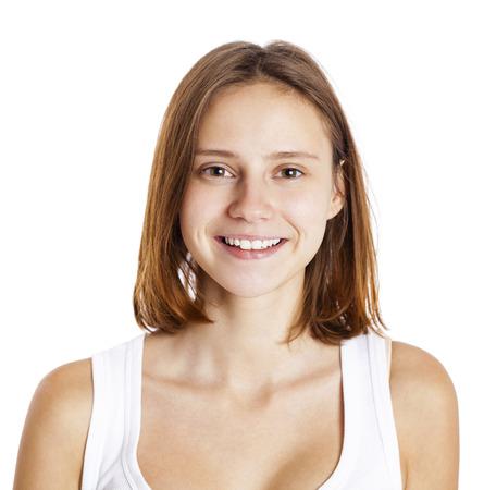 Portrait d'une femme brune sans maquillage, isolé sur fond blanc