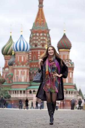 visone: Ritratto in piena crescita, Russo bella donna in una pelliccia di visone sulla Piazza Rossa di Mosca