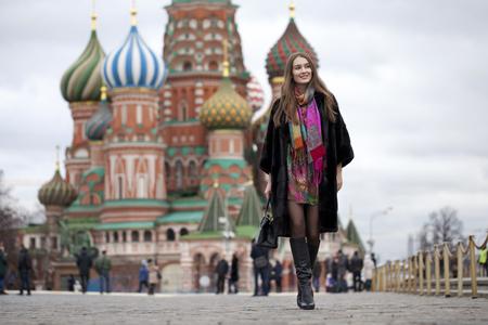 Retrato en pleno crecimiento, bella mujer rusa en un abrigo de visón en la Plaza Roja en Moscú