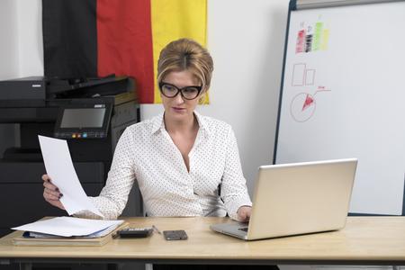 Deutsche Sekretärin bei der Arbeit. Portrait einer jungen blonden Geschäftsfrau im Büro
