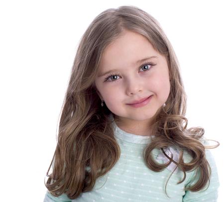 白い背景に分離された美しい金髪の少女