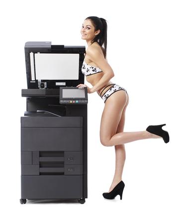 Mujer atractiva joven en bikini hacer copias, aislado en fondo blanco Foto de archivo - 76920701