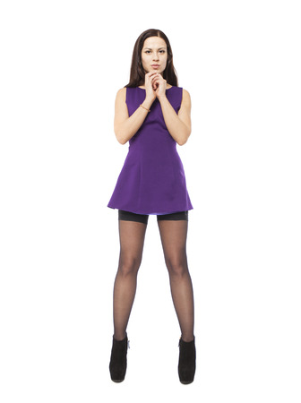 Portrait einer jungen schönen Brunettefrau in voller Länge in einem kurzen purpurroten Kleid, getrennt auf einem weißen Hintergrund