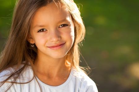 Ritratto di una giovane e bella bambina bruna, estate all'aperto