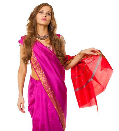 Joven hermosa mujer morena vestida de indio