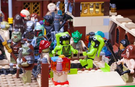 RUSO, SAMARA - 24 DE ENERO DE 2019. LEGO STAR WARS. Minifiguras Bar Cantina Mos Eisley en Tatooine Editorial