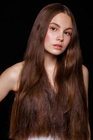 Nahaufnahme Make-up-Mode-Modell. Junges schönes Brunettemädchen, auf schwarzem Wandhintergrund des Studios