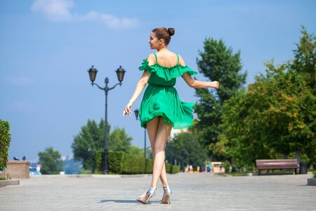 Full body sexy woman. Young beautiful brunette girl walks along the embankment of the river Volga in Samara Stockfoto