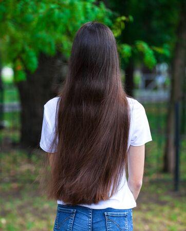 Close up Female long brunette hair, rear view, summer park outdoor Foto de archivo - 129376966
