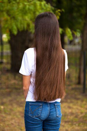 Close up Female long brunette hair, rear view, summer park outdoor Foto de archivo - 129376967