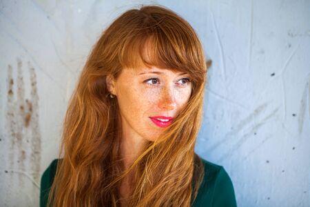 Bouchent portrait femme rousse
