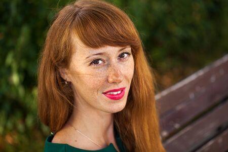 Portret van een jonge roodharige vrouw met sproeten. Stockfoto