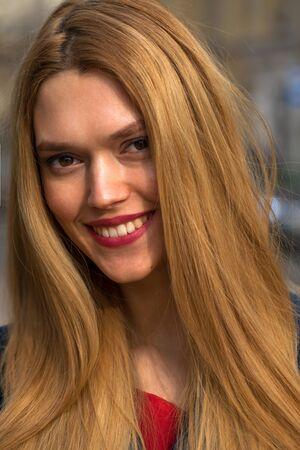 Retrato de una joven y bella mujer rubia en la calle de primavera
