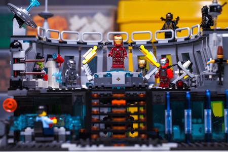RUSSLAND, SAMARA, 18. DEZEMBER 2019. Konstruktor Lego Super Heroes - Iron Man Laboratory Editorial