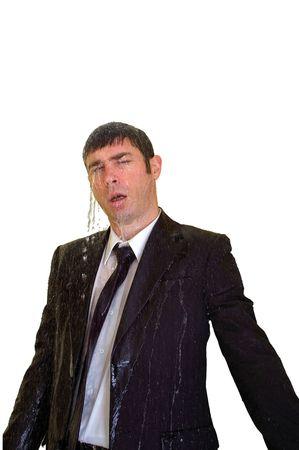 Business uomo isolato con copia spazio mostrando pioggia e gli spruzzi d'acqua su di lui