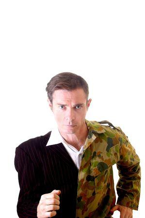 Concettuale immagine di uomo d'affari e l'uomo con un mezzo esercito testa rasata e un vestito di parte e uniforme soldato parte.