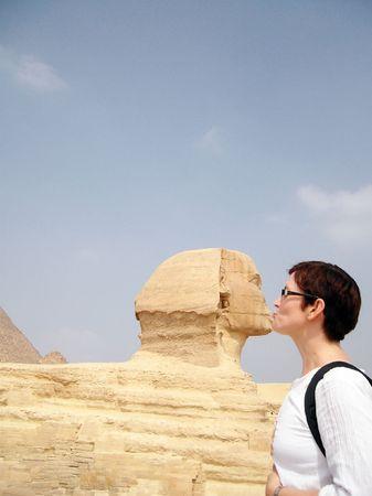 Donna, facendo il turista deve fare a spinx