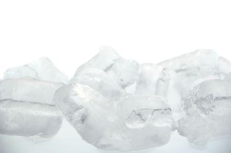 ice crushed: bevroren echte ice cube achtergrond geïsoleerd over white