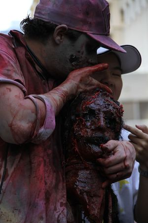sangre derramada: BRISBANE, AUSTRALIA - 24 de OCT: Anual cerebro Fundaci�n zombie paseo el 24 de octubre de 2010 en Brisbane, Australia