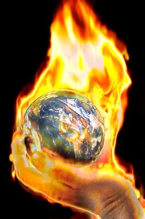 el mundo en tus manos: Tierra de fuego, en la mano, imagen conceptual Foto de archivo
