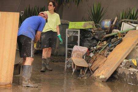 BRISBANE, AUSTRALIA - JAN 14: Alluvione Brisbane Fairfield area volontari della Comunit� ripulire il 14 gennaio 2011 a Brisbane, Australia  Editoriali