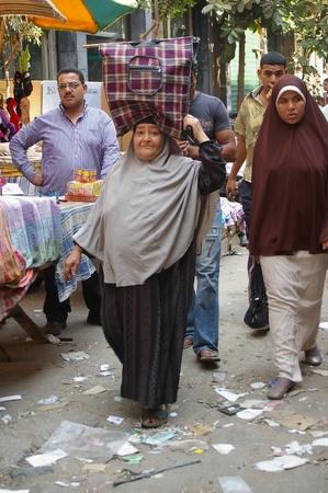 burka: CAIRO, Egitto - FEB 02: Normale quotidiana vita al Cairo prima disordini civili 02 febbraio 2009 al Cairo, in Egitto